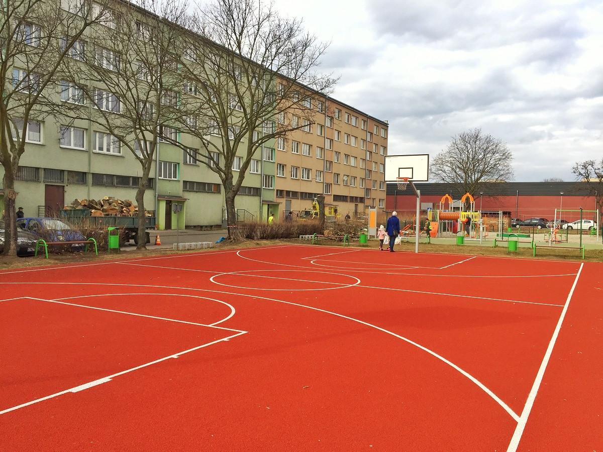 Podwórka, boiska, zielone siłownie...