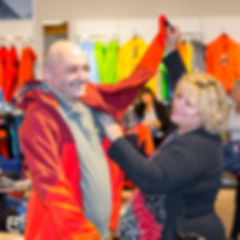 Persönliche Assistenz beim Anziehen der Jacke
