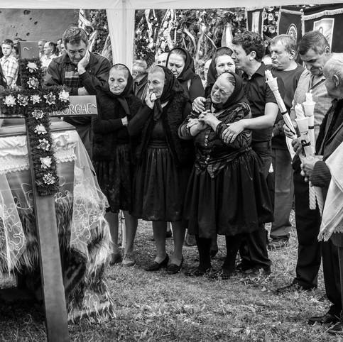 Autour du cercueil