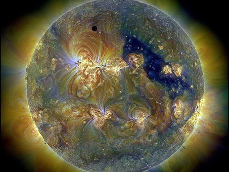 Солнце в УФ-диапазоне.Черная точка - Венера.