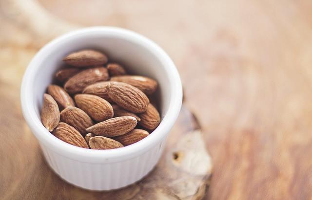 Colesterolo alto? Ecco gli effetti di mandorle + cioccolato fondente