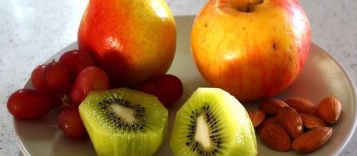 Qual è il momento migliore per mangiare la frutta? Lontano dai pasti o durante?