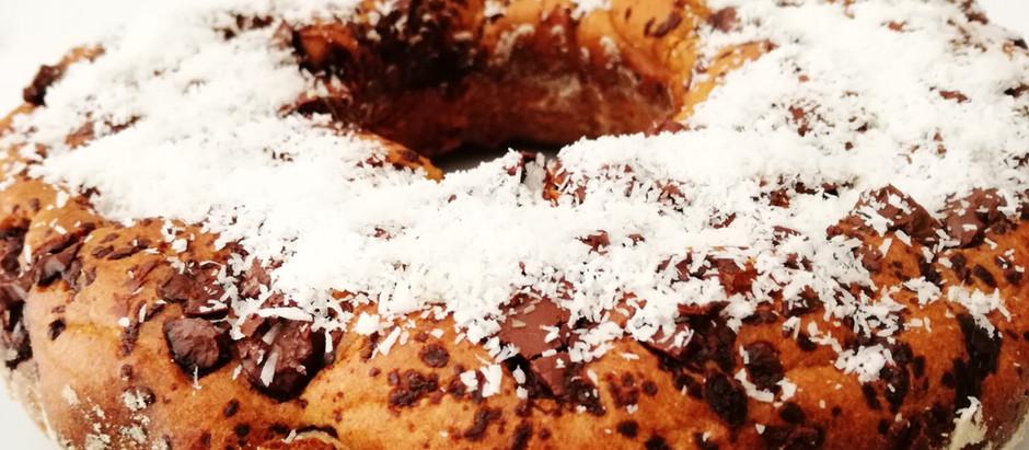 Ciambella alla banana, cocco e cioccolato fondente senza zucchero