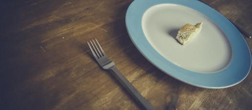 Mangi troppo poco? Ecco 4 rischi associati ad un'eccessiva restrizione calorica fai da te