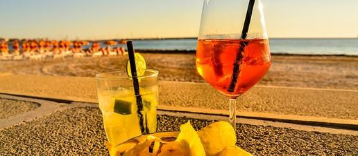 Cocktail alcolico sulla spiaggia sotto il sole? Forse è meglio di no