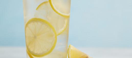 Acqua e limone: i potenziali effetti collaterali che non conosci