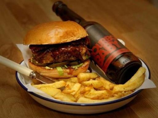 Beer Burguer: hambúrguer de costela com ketchup e maionese de cerveja