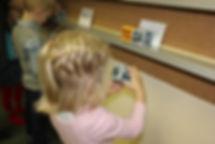 дети сами собирают склады и читают слова