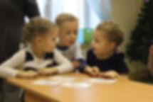 ребята помогают друг другу, учатся камкникации