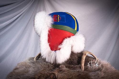Skinnlue av reinskinn med samisk flagg og polarrev pels