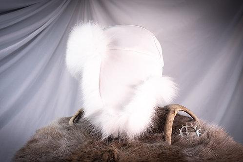 Hvit skinnlue av reinskinn med blårevpels
