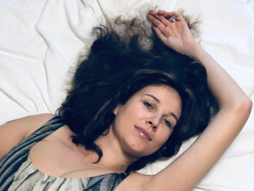 Plaukuota moteris myli