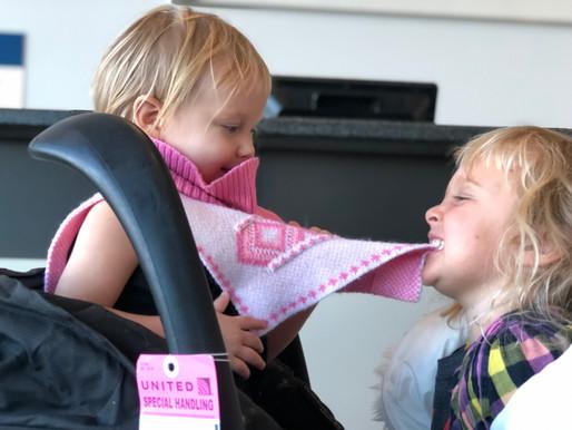 Skrydžiai su mažais vaikais: kaip išlikti ramiai ir ką pasiimti