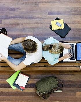 estudiantes hombres y mujeres que hacen