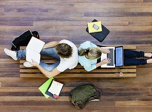 นักเรียนชายและหญิงทำที่โรงเรียน