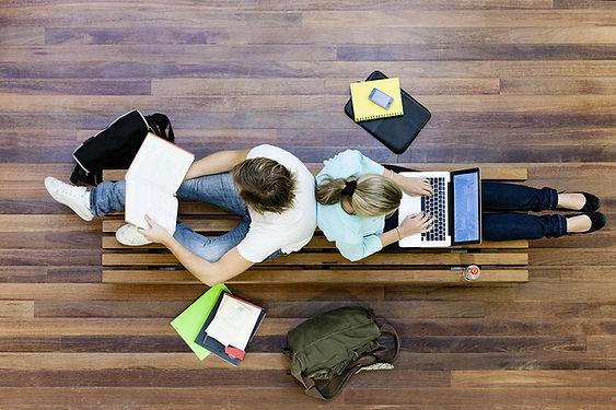 男,女學生做功課