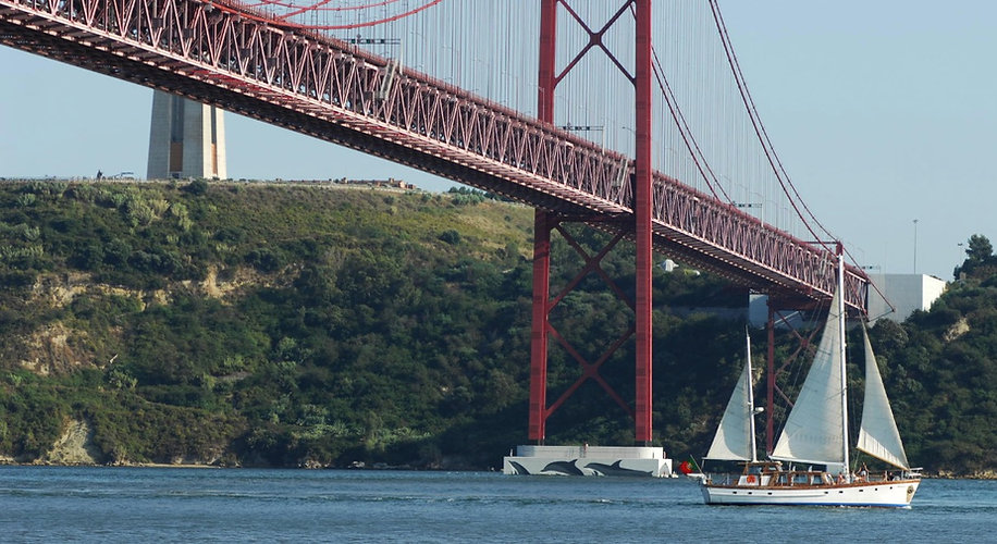 3 hours lisbon boat tour, lunch included
