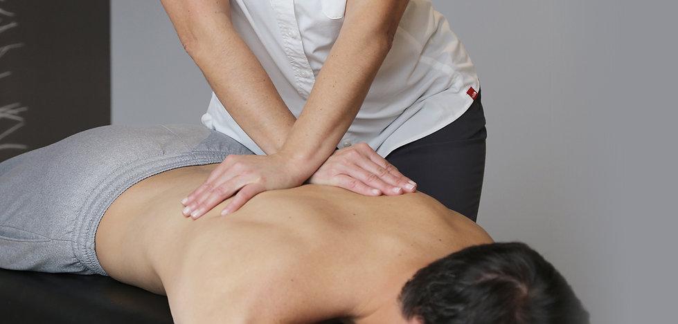Dre Péguy Poisson chiropraticienne faisant un ajustement de la colonne vertébrale