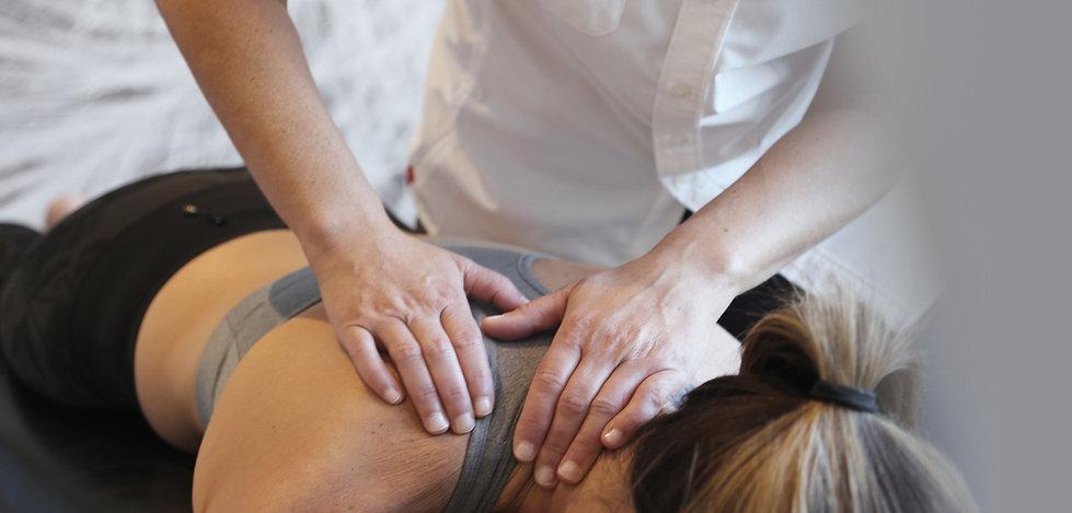 mains du Dre Péguy Poisson chiropraticienne en train de masser le dos d'une patiente