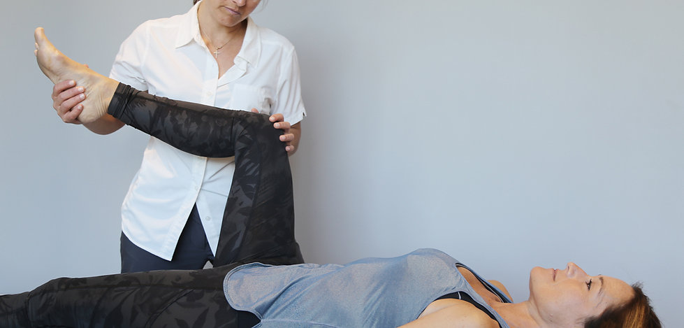 Dre Péguy Poisson chiropraticienne faisant  un traitement de la hanche d'une patiente allongée sur le dos
