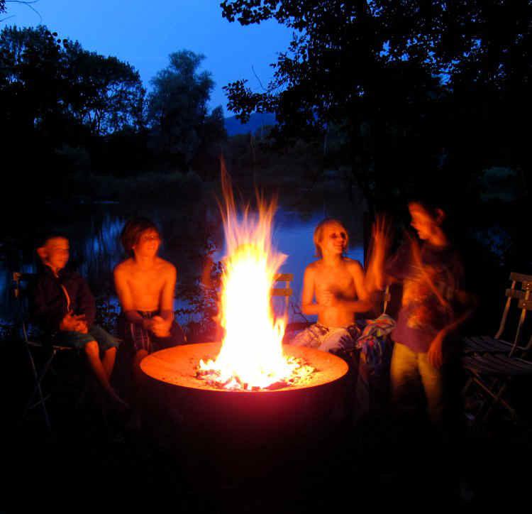 YAGOONA-Feuerschale-firepit-kids around