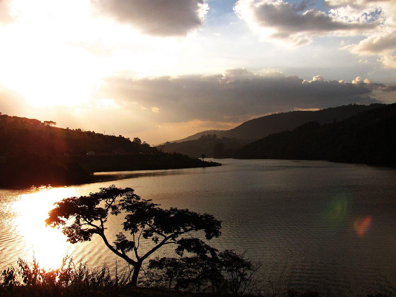 Vista para a represa no fim do dia