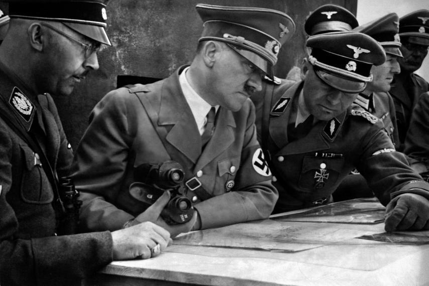 Una imagen del año 1939 mostrando al canciller y dictador de la Alemania nazi, Adolf Hitler, al centro, consultando un mapa con su Estado Mayor general, incluyendo a Heinrich Himmler, a la izquierda, y Martin Bormann, a la derecha, a los inicios de la Segunda Guerra Mundial.
