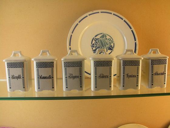 Série de 6 pots à épices en faïence. Ref.0013