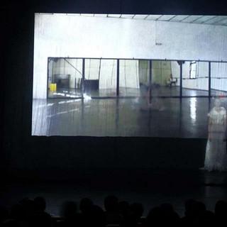 Palco, embaixo de Flor de Cabeça e atras do video