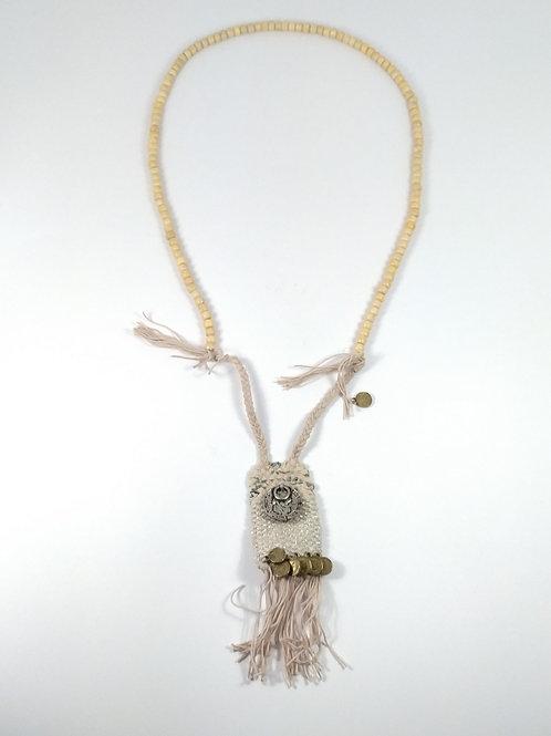 Collar de bolas color marfil con tejido estructurado trenzado con flecos