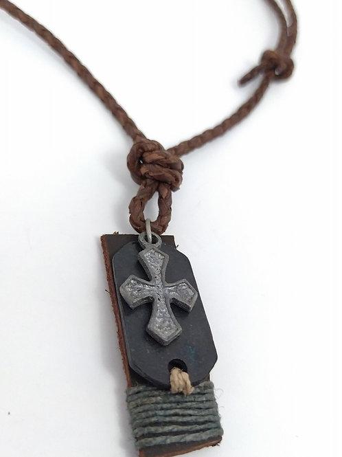 Collar de cuero trenzado con cruz