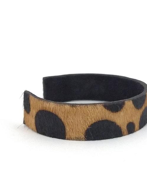 Brazalete de cuero con diseño animal print