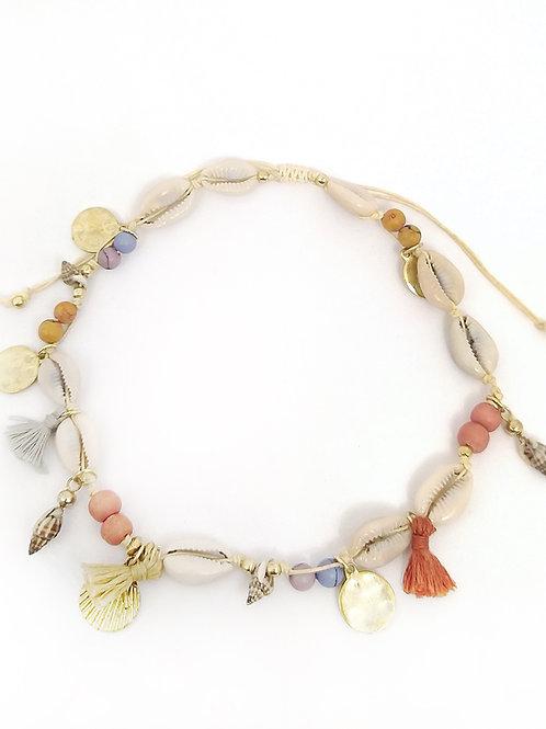 Collar de conchas con abalorios de colores