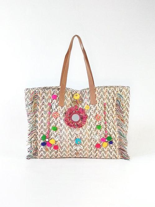 Tote bag bordado multicolor con detalles de caracolas y pompones