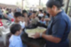 Sirviendo_almuerzo_a_ninos_del_Ministeri