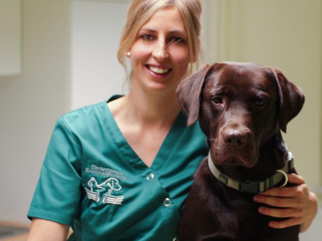 Tierärztin Melanie Schwarze mit Praxishund Dexter