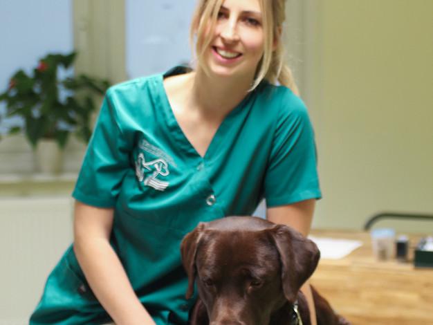 Tierärztin Melanie Schwarze mit Labrador Rüde Dexter