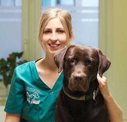 Tierärztin Melanie Schwarze mit Labrador Rüde Dexter, Kolonnadenstraße Leipzig, Tierärzte im Leipziger Zentrum West