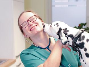 Tierärztin Anja Eigenseer mit Praxishund Dalmatiner Hanna