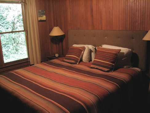 Middle bedroom with king size bed