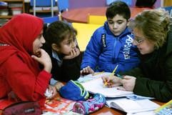 Rund 100 Jungen und Mädchen besuchen jeden Nachmittag ein Programm der Caritas in Bourj Hammoud – auch Rabella und Raman. Hier können sie Hausaufgaben machen und spielen und lernen auch ein friedliches Miteinander.