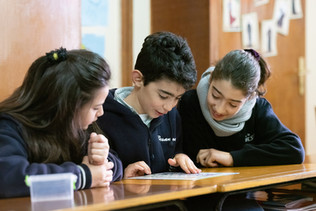 Im Alwan-Unterricht lernen Schüler im Libanon religiöse und kulturelle Vielfalt, Frieden und Gerechtigkeit kennen – die Basis für ein gewaltfreies und friedliches Miteinander.