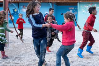 Der Jesuiten-Flüchtlingsdienst, hat in der Bekaa-Ebene drei Zentren eröffnet, mit Unterricht und Freizeitangeboten für Flüchtlingskinder. Täglich bekommen die Kinder hier auch eine Mahlzeit. In den kalten Wintermonaten erhalten sie außerdem warme Kleidung.
