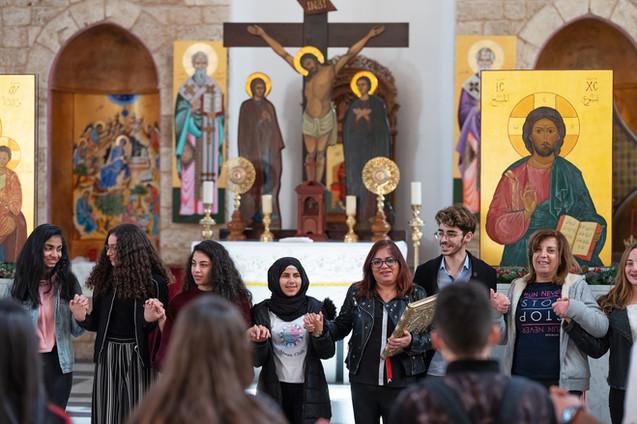 Gemeinsam besuchen christliche und muslimische Jugendliche beim Alwan-Prorgamm eine Kirche. So lernen sie mehr über ihre eigene und auch die jeweils andere Religion.