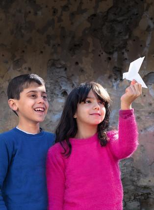 Rabella und Raman sind die Kinder auf dem diesjährigen Sternsingerplakat. Die Freunde wohnen in Bourj Hammoud, einem Stadtteil der libanesischen Hauptstadt Beirut.