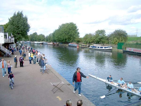 Boats_on_river_lea.jpg