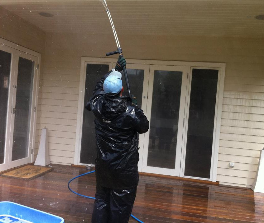 Geoff banging out a bit of high pressure washing. This guy is amazing. Fully qualified engineer. Knows what he's doing (on pressure washing anyway...).