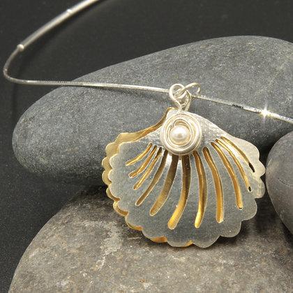 Silver scallop w/pearl pendant