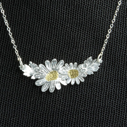 Daisy necklace in silver w/gold