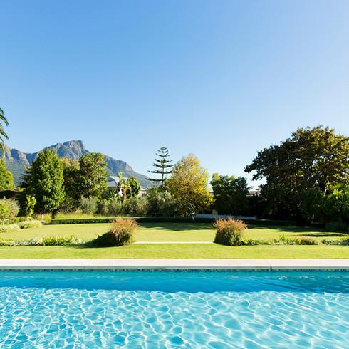 Construction de Piscine | Espace vert autour de piscine